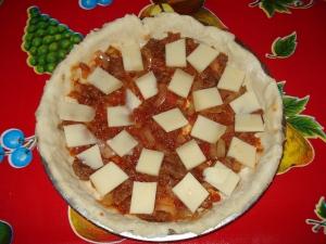 tous les ingrédients du fond: boeuf (steack haché) oignons rissolés, sauce tomate, comté
