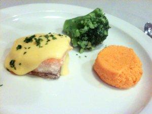 Saumon sauce Hollandaise, flan de carottes et brocolis au beurre