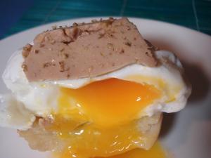 oeuf poché au foie gras sur fond d'artichaut