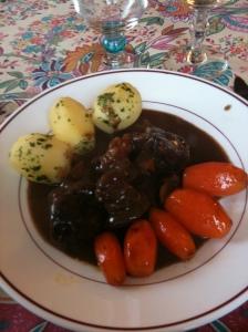 Boeuf Bourguignon, pommes vapeur & carottes glacées