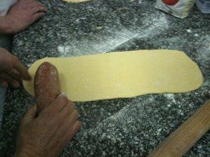 Roulage du saucisson en brioche
