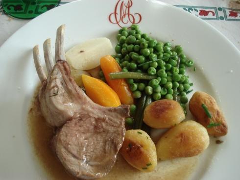 Carré d'agneau aux légumes primeurs assiette
